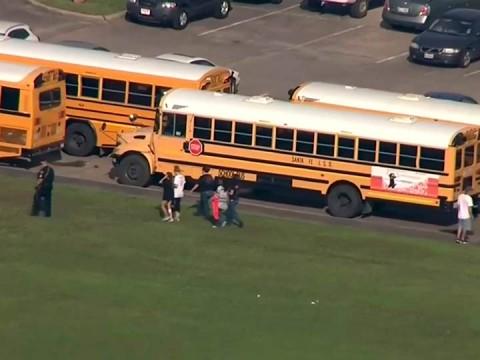 Imágenes aéreas emitidas por la televisión local mostraron a policías escoltando a estudiantes para sacarlos del edificio escolar (Foto: AP)