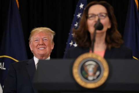 Haspel toma el mando de la CIA entre elogios de Trump