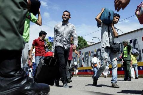 Más venezolanos huyen tras reelección de Maduro