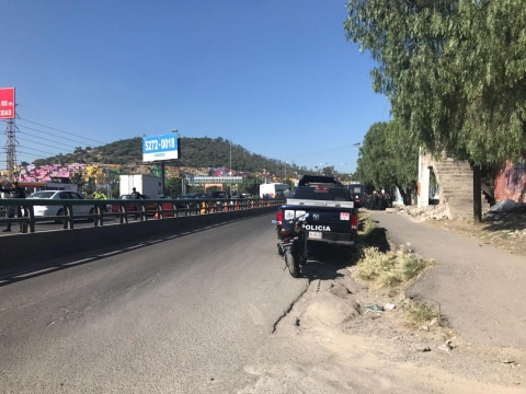 Solo presencia de 30 maestros en el puente que cruza Periférico Río de los Remedios sobre la México-Pachuca
