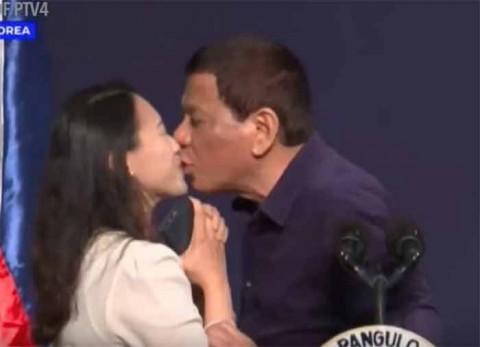 Presidente de Filipinas, Rodrigo Duterte, obliga a mujer a que lo bese en la boca