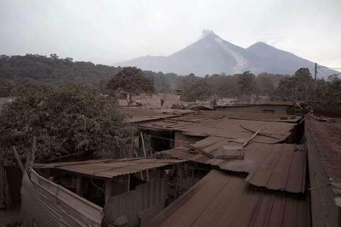 Suman 38 muertos por erupción volcánica en Guatemala