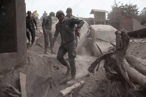 Desalojan a comunidades cercanas al Volcán de Fuego, ante nueva actividad