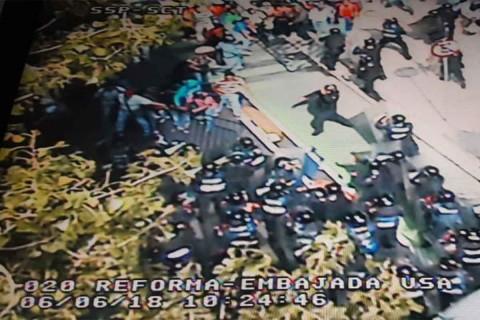 Maestros se enfrentan a la policía frente a embajada de EU