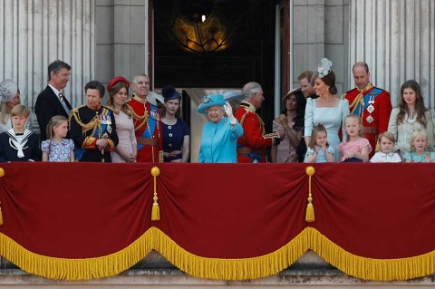 Isabel II celebra cumpleaños con desfile, junto a Meghan Markle