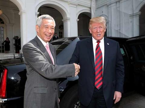 El presidente de EU, Donald Trump, y el primer ministro de Singapur, Lee Hsien Loong, se dan la mano en el Istana, Singapur (Foto: Reuters)