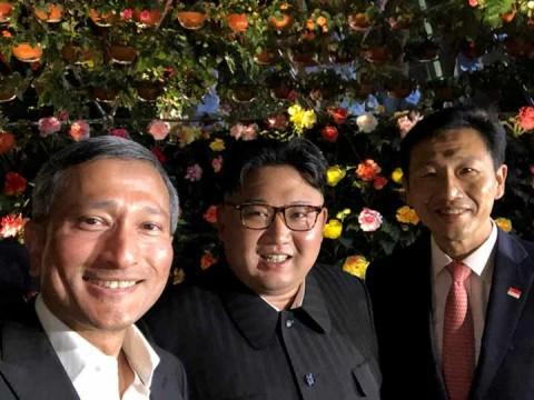 La ministra de Relaciones Exteriores de Singapur, Vivian Balakrishnan, el líder norcoreano Kim Jong Un, y el ministro de Educación de Singapur, Ong Ye Kung, posan para una foto en Singapur (Foto: Reuters)