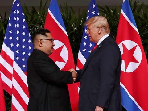 Donald Trump y Kim Jong-un se dan la mano previo a histórica cumbre en Singapur (Foto: Reuters)