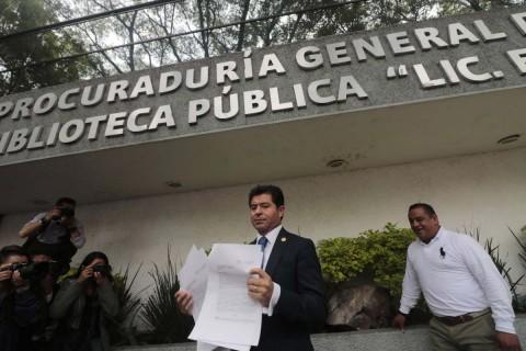 El vocero de la bancada panista en la Cámara de Diputados, Jorge López Martín, pidió que se actúe con prontitud y si ningún sesgo