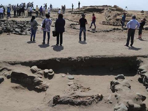 Arqueólogos trabajan en una excavación en Pampa La Cruz, asentamiento arqueológico precolombino, perteneciente a la cultura Chimu (Foto: EFE)
