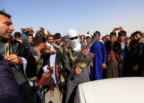 Talibanes salen a dar abrazos y tomar selfies en Afganistán