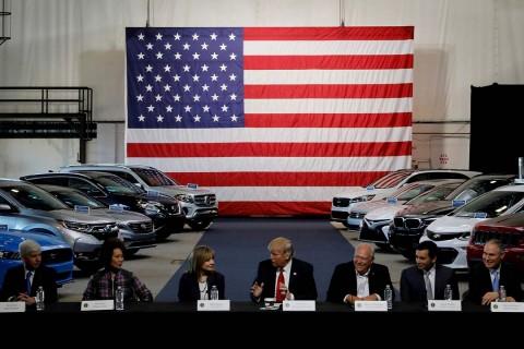 En 2017, Trump se reunió con líderes de la industria automotriz. Foto: Reuters