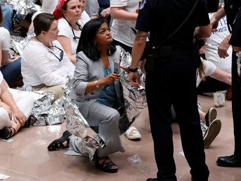 Entre las detenidas, se encuentra una congresista de EU, quienes marcharon contra las políticas migratorias de Donald Trump (Foto: Reuters)