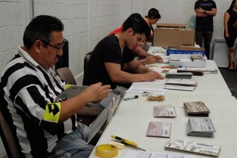 Consejales del Instituto Electoral de la Ciudad de México, asistieron a la recepción, apertura, extracción y entrega de los sobres voto provenientes del extranjero de las elecciones federales y locales. Foto: Cuartoscuro
