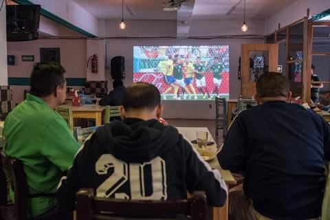 62% de los entrevistados acompaña las sesiones futboleras con botana salada. Foto: Cuartoscuro