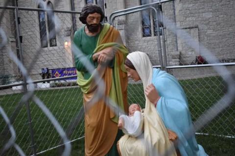 En 'honor' a Trump, enjaulan a la Sagrada Familia en EU