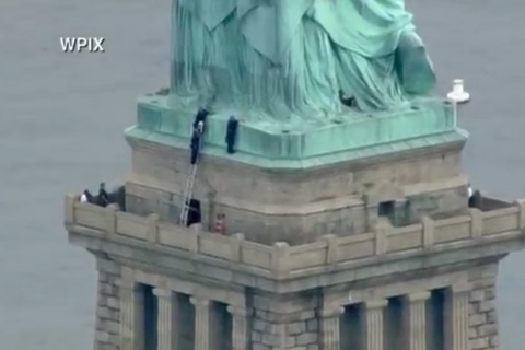 Seis personas del grupo activista Rise and Resist fueron arrestadas por colgar un mensaje contras las leyes migratorias del presidente Donald Trump. Imagen tomada del video.
