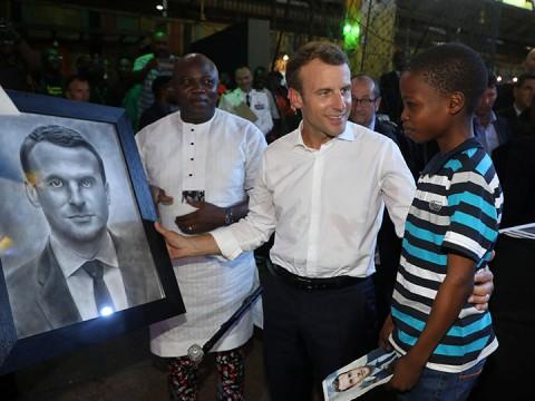 Macron se conmueve por retrato hecho por niño de 11 años (Foto: Reuters)