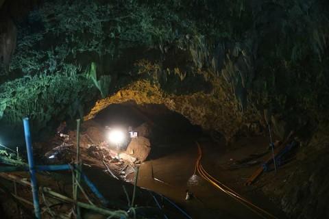 Drenan agua para poder sacar a niños de cueva, en Tailandia
