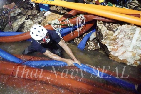 Niños atrapados en cueva aprenden a bucear y nadar para poder salir