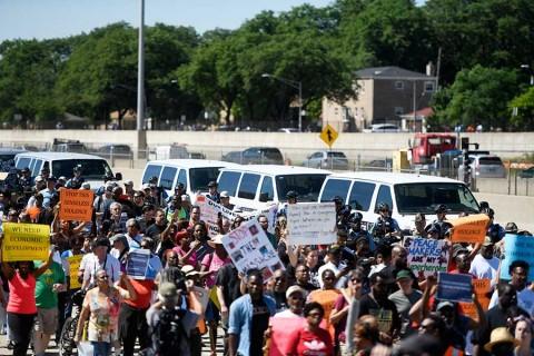 Miles cierran autopista en Chicago en protesta por violencia