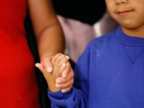 Niños migrantes se reunieron hoy con sus padres en EU (Foto: AP)