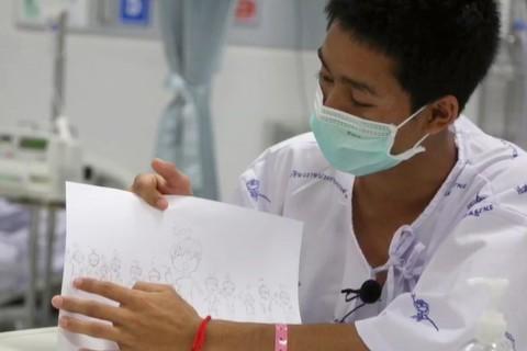 Los 12 jóvenes futbolistas y su entrenador recatados tras haber estado atrapados 18 días en una cueva lamentaron la muerte de un buzo tailandés (Foto: EFE)