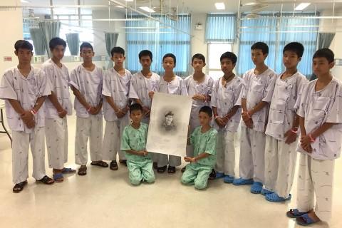 Todos lloraron y expresaron su pésame escribiendo mensajes en un dibujo del capitán de corbeta Saman (Foto: EFE)