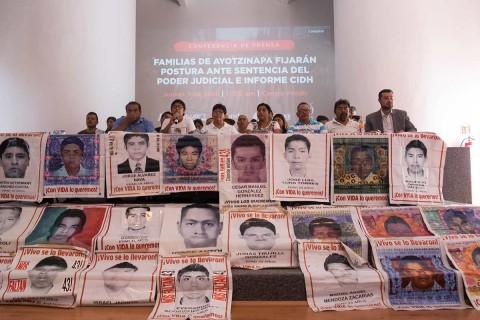 Familiares de los 43 normalistas desaparecidos exigen justicia. Foto: Cuartoscuro