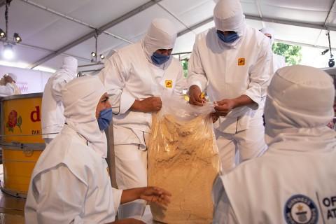 El dulce será repartido entre unas 80 mil personas que son esperadas para visitar la plaza durante los próximos tres días. Foto: EFE