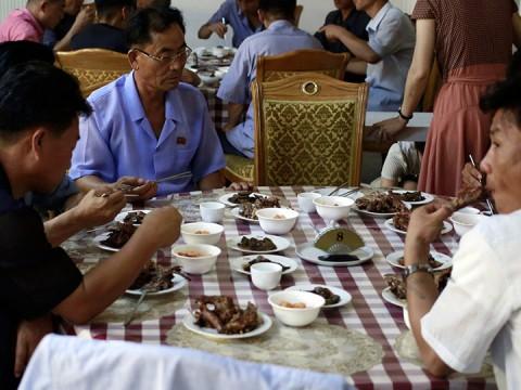 Solución en Norcorea para el calor: Comer carne de perro (Foto: AP)
