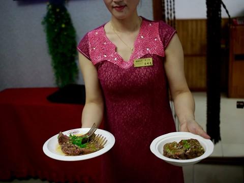 El menú de este restaurante de Norcorea cuenta con más de una docena de platillos con carne de perro (Foto: AP)