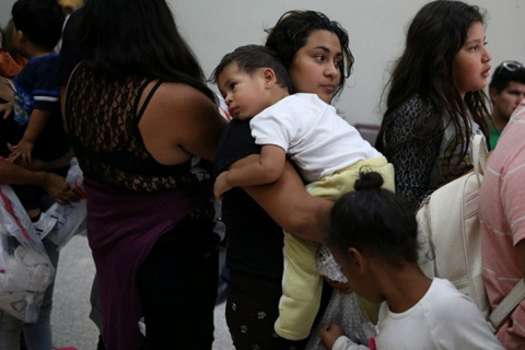 En pasadas audiencias, el juez Dana Sabraw responsabilizó al gobierno federal de haber perdido el rastro de cientos de padres. Foto: Reuters