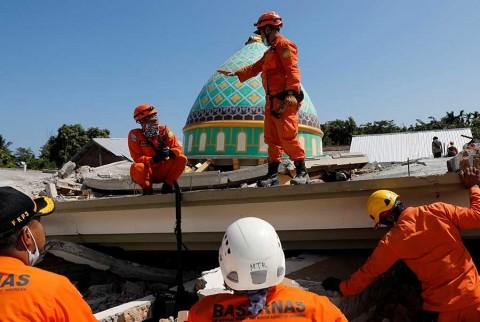 Más de 100 muertos en Indonesia por sismo