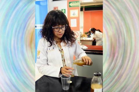 En la FES Cuautitlán, la académica Raquel Gómez Pliego y sus alumnos desarrollaron este producto, resultado de la fermentación de hierbas, raíces y plantas, actualmente en proceso de patente. Foto: UNAM
