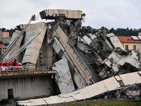 Hay confusión sobre cifra de muertos tras derrumbe de puente en Italia (Foto: AP)