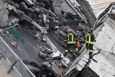 Decenas de muertos al desplomarse una autopista en Génova