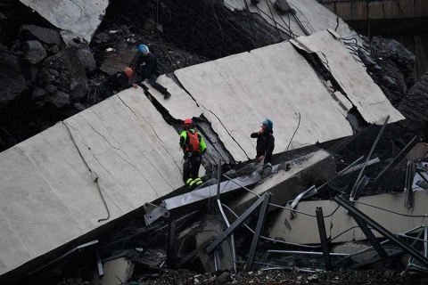 Tragedia en Italia: cae puente y aplasta varios autos
