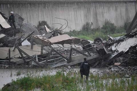 Colapsa puente vehicular en Italia; reportan decenas de muertos
