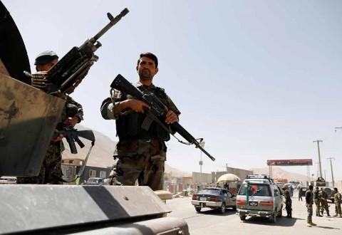 Ataque talibán deja decenas de policías y soldados muertos en Afganistán