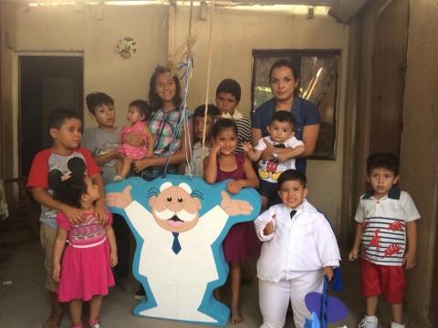 Niño se disfraza de Dr. Simi para celebrar su cumpleaños