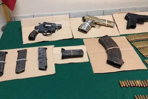 Caen 3 menores de edad y 2 adultos con armas y droga en Guerrero