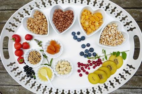 Se recomienda consumir tres porciones de frutas y tres de verduras; ocho de cereales, preferentemente integrales y de granos enteros; y dos de leguminosas. Foto: Pixabay