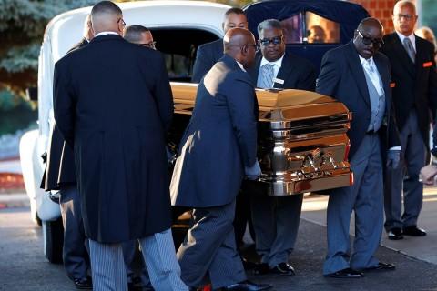 El ataúd con los de Aretha Franklin llega al Gran Grace Temple. Foto: Reuters
