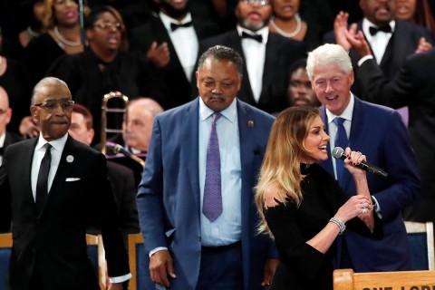 La cantante Faith Hill, el reverendo Jesse Jackson y el expresidente Bill Clinton. Foto: Reuters