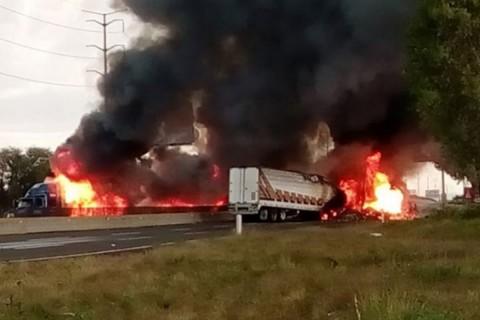Dos tráileres fueron incendiados en ambos sentidos de la autopista; cientos de automovilistas quedaron varados por casi tres horas. Foto: Especial