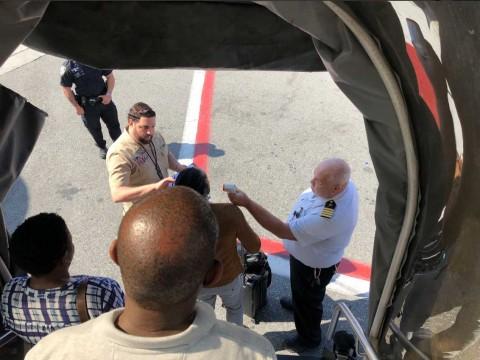 Alerta por un avión que aterrizó con 10 pasajeros enfermos