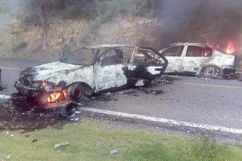 A su paso por la comunidad de Xochipala, en la entrada a la sierra, el grupo armado incendió cinco vehículos compactos y una furgoneta de transporte público. Foto: EFE