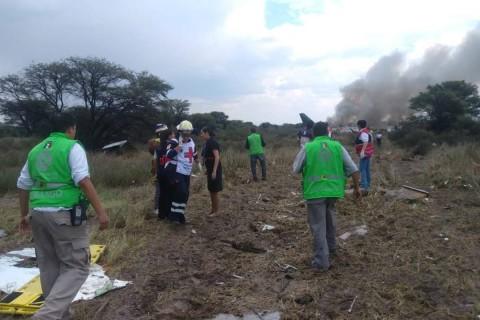 """Al momento que la aeronave intentaba despegar del """"Aeropuerto Internacional Guadalupe Victoria"""" de Durango, se perdió el control y se incendió. Foto: Reuters"""