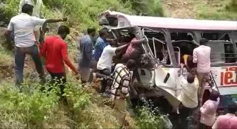 Accidente de autobús en India deja al menos 55 muertos